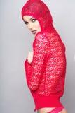 Frau, die rote Kleidung auf grauem Hintergrund trägt Lizenzfreies Stockbild