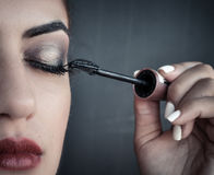 Frau, die rote lipstic Wimperntusche anwendet Stockfoto