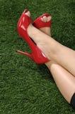 Frau, die rote Schuhe trägt Lizenzfreie Stockfotografie