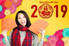 Frau, die rote Umschläge für chinesisches neues Jahr zeigt Chinesisches t stockfoto