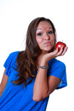 Frau, die roten Apfel anhält stockbild