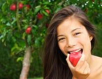 Frau, die roten Apfel isst Lizenzfreies Stockbild