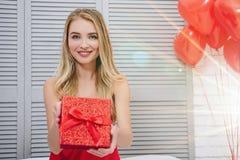 Frau, die roten Geschenkkasten anhält stockbilder