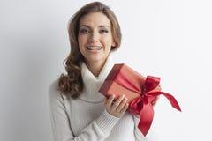 Frau, die roten Geschenkkasten anhält Stockfotos