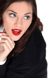Frau, die roten Lippenstift trägt Stockfotos