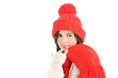Frau, die roten Schal und Schutzkappe trägt Stockfotos