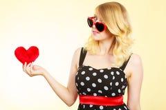 Frau, die rotes Herzliebessymbol hält Stockfotos