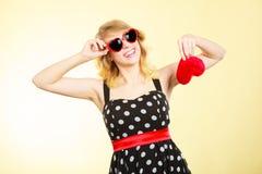 Frau, die rotes Herzliebessymbol hält Lizenzfreie Stockfotos