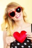 Frau, die rotes Herzliebessymbol hält Lizenzfreie Stockbilder