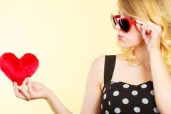 Frau, die rotes Herzliebessymbol hält Stockbilder