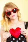 Frau, die rotes Herzliebessymbol hält Lizenzfreie Stockfotografie