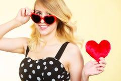 Frau, die rotes Herzliebessymbol hält Stockfoto