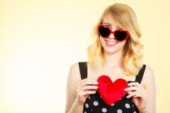 Frau, die rotes Herzliebessymbol hält Stockbild