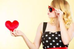 Frau, die rotes Herzliebessymbol hält Lizenzfreies Stockbild