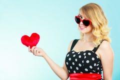 Frau, die rotes Herzliebessymbol hält Stockfotografie
