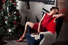 Frau, die rotes Kleid nahe enormer Uhr trägt lizenzfreie stockfotografie