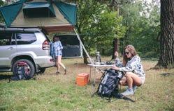 Frau, die Rucksack für eine wandernde Reise vorbereitet Lizenzfreies Stockfoto
