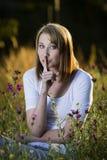 Frau, die ruhiges Zeichen zeigt Stockfoto