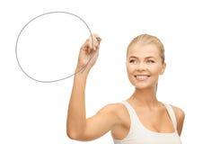Frau, die runde Form zeichnet Stockbild