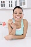 Frau, die süße Zuckersüßigkeit leckt Stockfoto