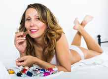 Frau, die Süßigkeit im Bett isst Lizenzfreies Stockfoto