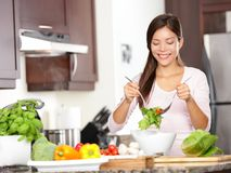 Frau, die Salat bildet Stockfoto