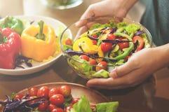 Frau, die Salat hält Stockfoto