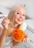 Frau, die Salat isst lizenzfreie stockfotos