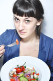Frau, die Salat isst Lizenzfreies Stockbild