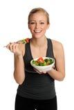 Frau, die Salat isst Stockbild