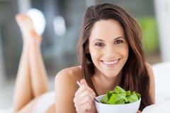 Frau, die Salat isst Stockfoto