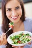 Frau, die Salat isst Stockbilder