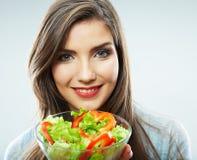 Frau, die Salat isst Stockfotografie