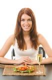 Frau, die Salat mit Garnele auf Weiß isst Stockbilder
