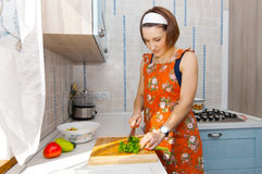 Frau, die Salat zubereitet Lizenzfreie Stockfotos