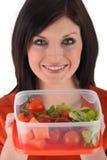 Frau, die Salat zubereitet Stockbilder