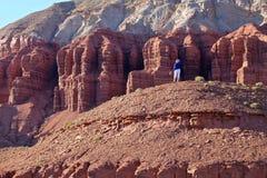 Frau, die Sandsteinformation genießt Stockfoto