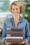 Frau, die saubere gefaltete Tücher hält stockfotos