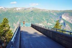 Frau, die scenics von Stegastein-Standpunkt genießt lizenzfreie stockfotografie