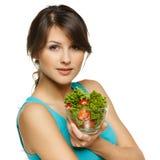 Frau, die Schüssel mit Salat anhält Stockfoto