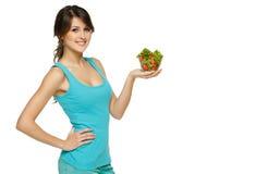 Frau, die Schüssel mit Salat anhält Lizenzfreies Stockfoto