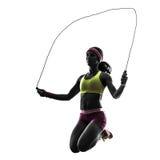 Frau, die Schattenbild des springenden Seils der Eignung ausübt Lizenzfreie Stockfotos