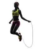 Frau, die Schattenbild des springenden Seils der Eignung ausübt Stockfoto