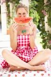Frau, die Scheibe der Wassermelone genießt Lizenzfreie Stockbilder