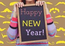 Frau, die Schiefer mit einer Mitteilung des guten Rutsch ins Neue Jahr hält Stockfotografie