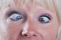 Frau, die schielende Augen bildet Lizenzfreies Stockbild