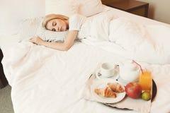 Frau, die schläft, während das Frühstück bereit ist lizenzfreies stockfoto