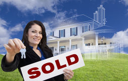 Frau, die Schlüssel, Verkaufszeichen mit Ghosted-Haus-Zeichnung hinten hält Lizenzfreie Stockbilder