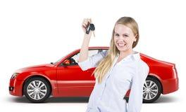 Frau, die Schlüssel zu einem Neuwagen hält Lizenzfreie Stockbilder
