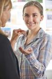 Frau, die Schlüssel zum Eigentum vom Immobilienmakler sammelt Stockfoto